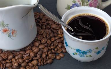 tasse de café noir chaud avec grains