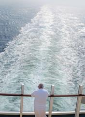 """Ã""""lter Mann im Bademantel schaut von der Reling versonnen auf das Fahrwasser seines..."""