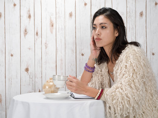 Model in coffee shop with tea cup - Nozomi