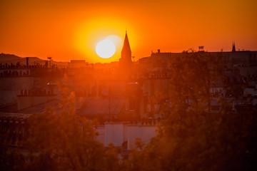 Foto auf Gartenposter Violett rot la tour eiffel au soleil couchant