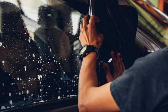 Man specialist service attached window film