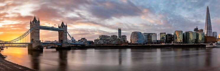 Die Skyline von London bei Sonnenaufgang: von der Tower Bridge entlang der Themse bis zur London Bridge mit den modernen Wolkenkratzern