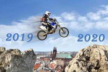 Nowy rok, 2019-2020, motokross, skok nad miastem.