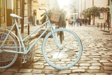 Photo sur Plexiglas Velo Retro blue bicycle in the European old city street