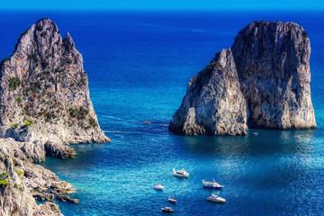 Photo sur Aluminium Bleu fonce Blick auf die Faraglioni Felsen auf Capri