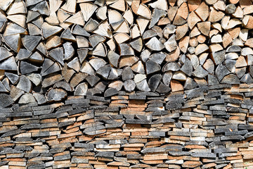Photo sur Aluminium Texture de bois de chauffage Wall of dark and light pile of firewood