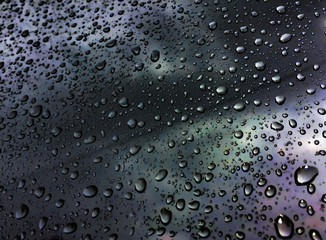 gotas en reflejo de vidrio