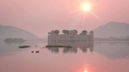 Fotomurales - Romantic Jal Mahal Water Palace and serene rose skies at sunrise in Jaipur. Rajasthan, India
