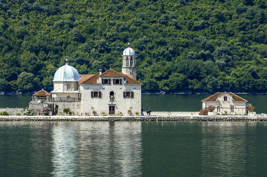 Perast, Kleine Insel mit Kirche Gospa od Skrpelja, Serbien-Monte
