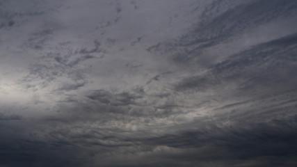 Foto auf Acrylglas Grau Ciel chargé et menaçant, à l'avant d'un front chaud