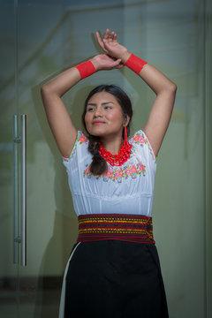 latina feliz con traje típico otavaleño