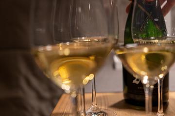 Papiers peints Vin Gläser mit Champagner auf Tisch