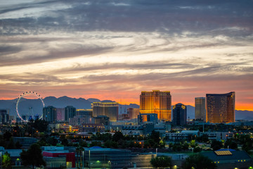 Foto op Aluminium Las Vegas USA, Nevada, Clark County, Las Vegas. A scenic view of the famous Vegas skyline of casinos, hotels, and ferris wheel on the strip.