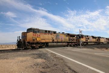 Papiers peints Voies ferrées Union Pacific Train fährt durch die Wüste