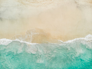 Autocollant pour porte Plage Top view of beautiful white sand beach with turquoise sea water and palm trees, aerial drone shot,