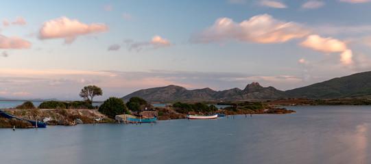 Paesaggio marino con barche di pescatori