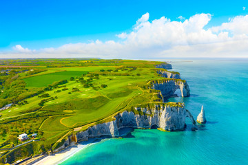 Photo sur Plexiglas Bleu Picturesque panoramic landscape on the cliffs of Etretat. Natural amazing cliffs. Etretat, Normandy, France