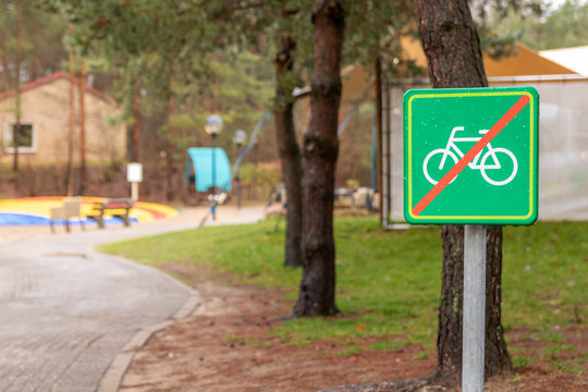 Sign with a bike symbol. it means: No bikes allowed here.