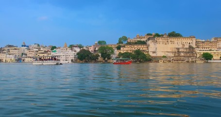 Fotomurales - Udaipur City Palace on lake Pichola - Rajput architecture of Mewar dynasty rulers of Rajasthan. Udaipur, India. Horizontal pan