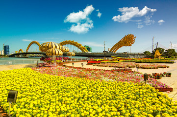 Photo sur Aluminium Jaune View of Dragon bridge which is a very famous destination of Da nang city, Vietnam.