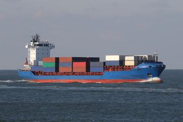Blaues Containerschiff erreicht den Hafen