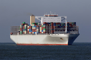 Grosses graues Containerschiff