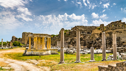 Fototapete - Ruins of the ancient agora of Side in Turkey