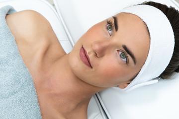 Fototapeta Piękna kobieta w trakcie zabiegu w salonie kosmetycznym. Salon urody. Klinika medycyny estetycznej.   obraz