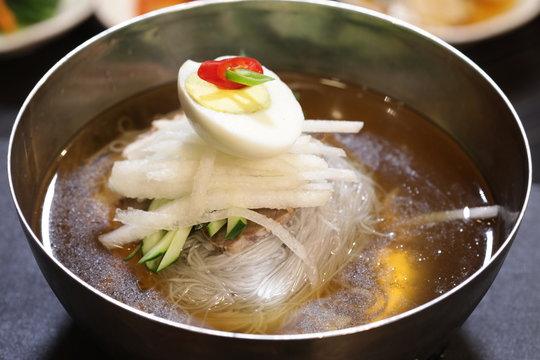 달걀과 배 등 다양한 야채들이 어우러진 한국의 음식 물냉면(naengmyeon)
