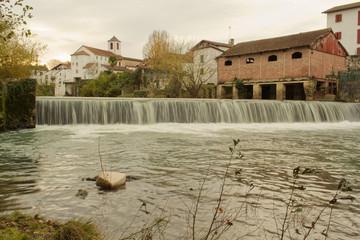 Cascade chute d'eau de rivières de ruisseaux et à côté de moulins ou dans des lavoirs Wall mural