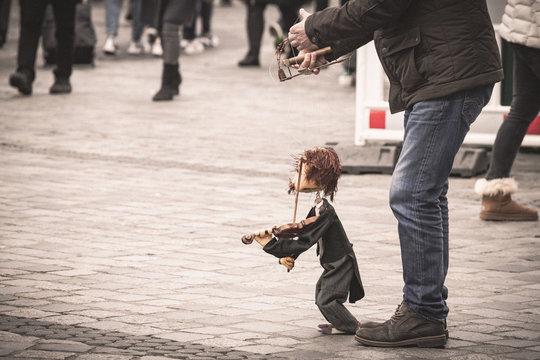 Puppen Spieler Marionette in der Fußgänger Zone