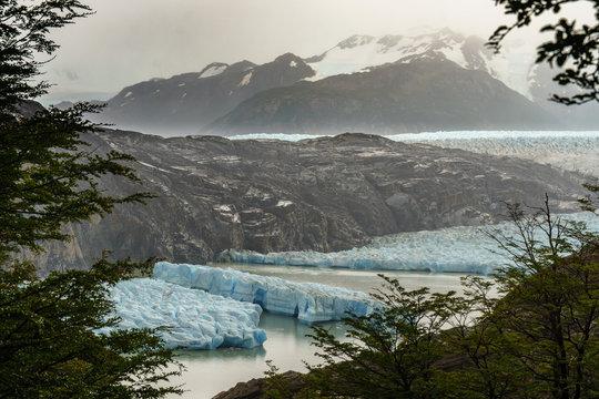 Glacier Grey breaking into pieces