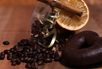 Kaffeebohnen Kaffee mit Lebkuchen und Weihnachtsdeko
