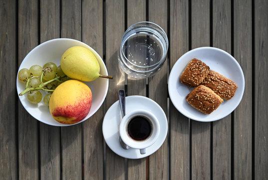colazione servita all'aperto su di un tavolo di legno