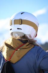 Nahaufnahme einer Skifahrerin von hinten