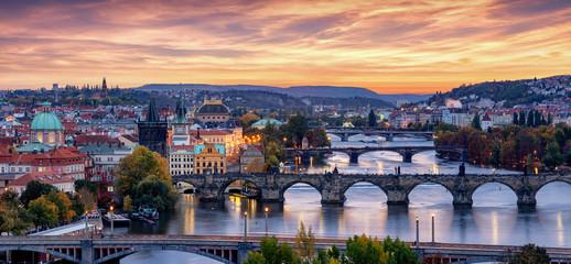 Fotobehang Oost Europa Panoramablick auf Prag, Tschechische Republik, nach Sonnenuntergang mit den zahlreichen Brücken über die Moldau