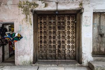 Papiers peints Zanzibar Stonetown - the capital of Zanzibar. Classic wooden doors and carvings in the Arabic-style of Zanzibar, Tanzania