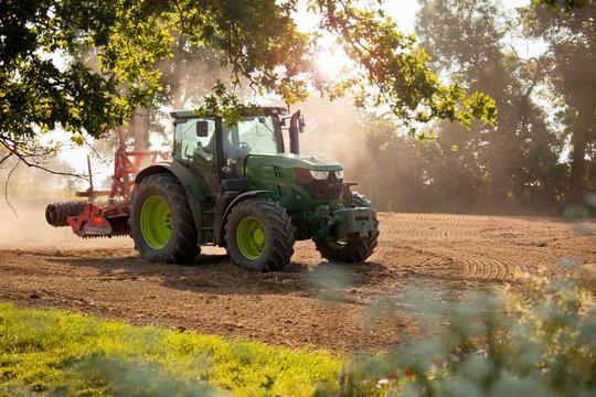 Tracteur au champ en train de labourer la terre.