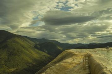 Foto auf Acrylglas Olivgrun Montañas con lagos