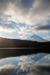 Foto op Canvas Donkergrijs 富士山と朝焼けの光 富士五湖 西湖より