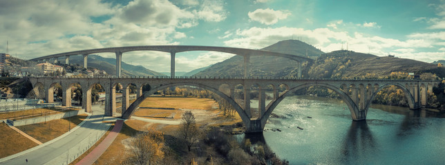 Türaufkleber Olivgrun Bridges over the Douro River in the city of Regua in Portugal. Panorama