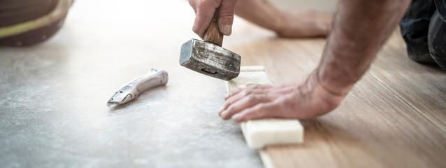 Hammer und Schlagholz im Einsatz beim Bodenlegen
