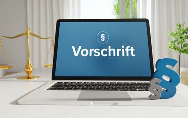 Vorschrift – Recht, Gesetz, Internet. Laptop im Büro mit Begriff auf dem Monitor. Paragraf und Waage. .
