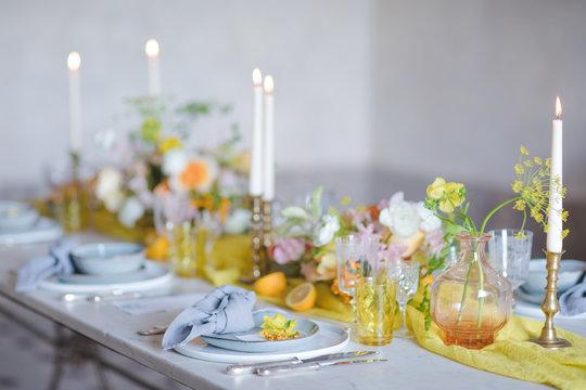 Table de mariage intimiste dressée pour recevoir les mariés et leurs invités