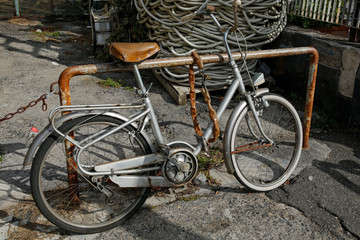 Spoed Foto op Canvas Fiets old vintage bike in the harbor