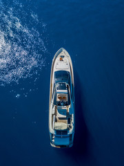 Papiers peints Navire Aerial vertical shot of a yacht sailing on the sea