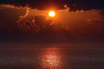 Recess Fitting Magenta 沈む夕日と雲のシルエット