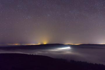 Papiers peints Aubergine Les étoiles au-dessus du brouillard