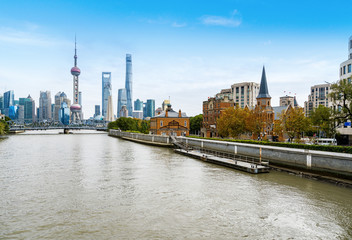 Keuken foto achterwand Shanghai Shanghai skyline with historical Waibaidu bridge, China