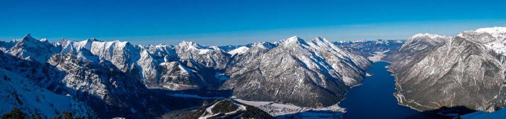 Panoram des Achensee in tiefem Blau eingebettet  zwischen den Bergen des Karwendelgebirges und des...